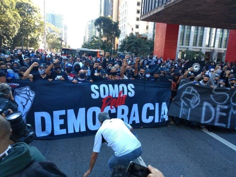 Vídeo: Esquerda mobiliza torcidas organizadas para atacar apoiadores de Bolsonaro