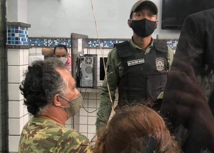 Militante é detido em ato pela retomada das atividades nas praias do Recife