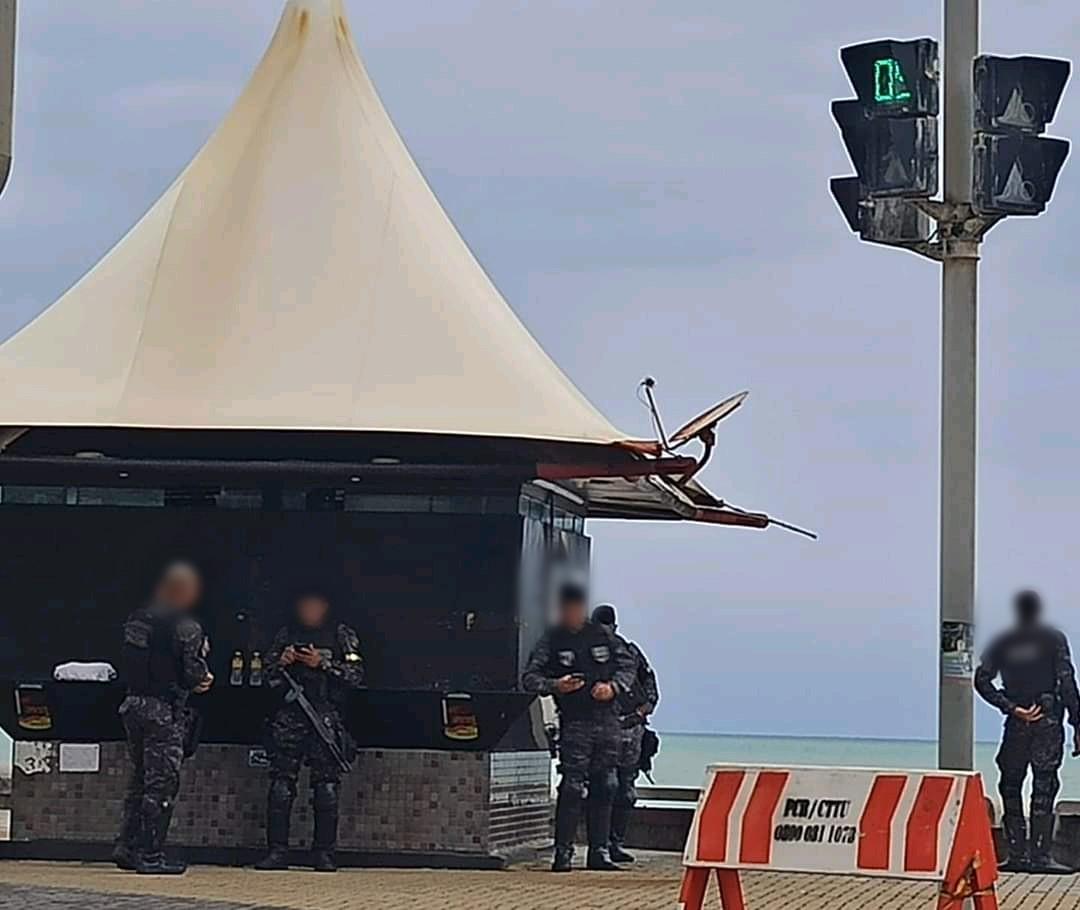 PMs não utilizam máscaras na praia de Boa Viagem