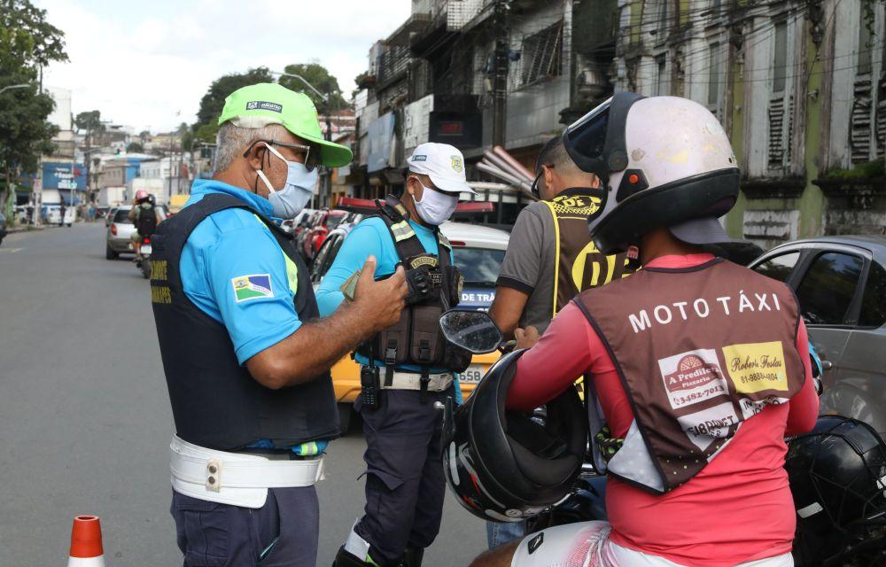 Jaboatão monta blitzes para orientar sobre novas regras e fiscalizar mototaxistas