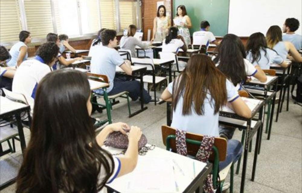 Alunos do ensino médio público voltam às aulas presenciais no Amazonas