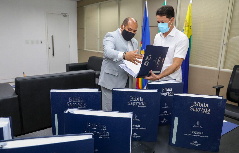 SBB doa Bíblia em Braille à Prefeitura do Jaboatão dos Guararapes