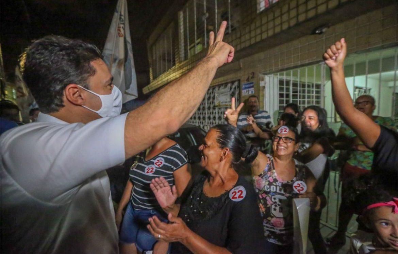 Anderson Ferreira destaca melhorias nos bairros durante caminhada em Prazeres