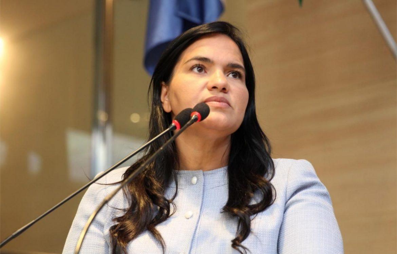 Michele Collins se mantém em primeiro lugar em emendas na Câmara do Recife