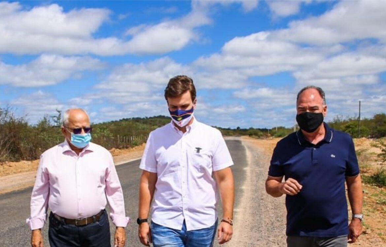 Miguel Coelho entrega obras de recuperação da estrada do Maria Tereza
