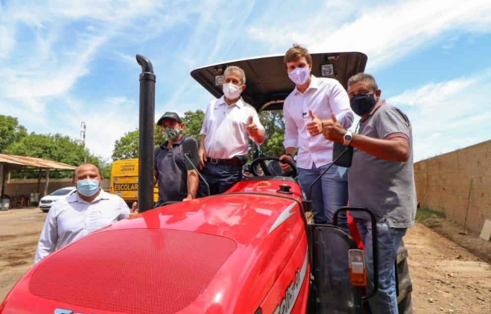 Miguel Coelho e Gonzaga Patriota entregam tratores para agricultores de Petrolina