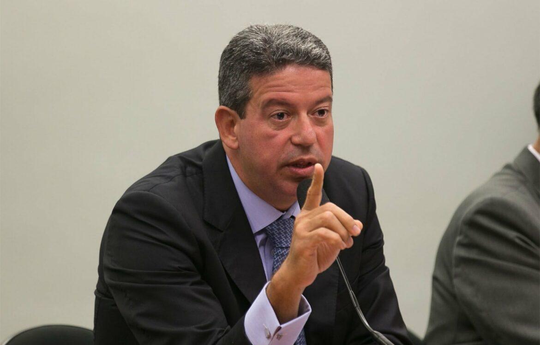 100% dos pedidos de impeachment de Bolsonaro são inúteis, diz Lira