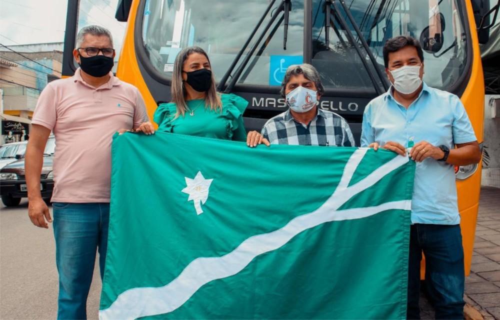 Mendonça entrega ônibus 0km para a Educação de Belo Jardim