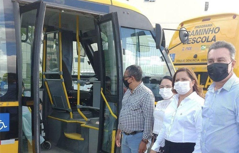 Em Ipojuca, Ricardo Teobaldo entrega 9 ônibus escolares