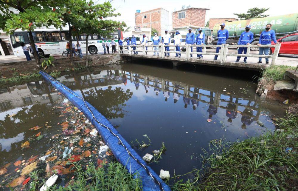 Jaboatão instala barreira ecológica em canal de Jardim Piedade