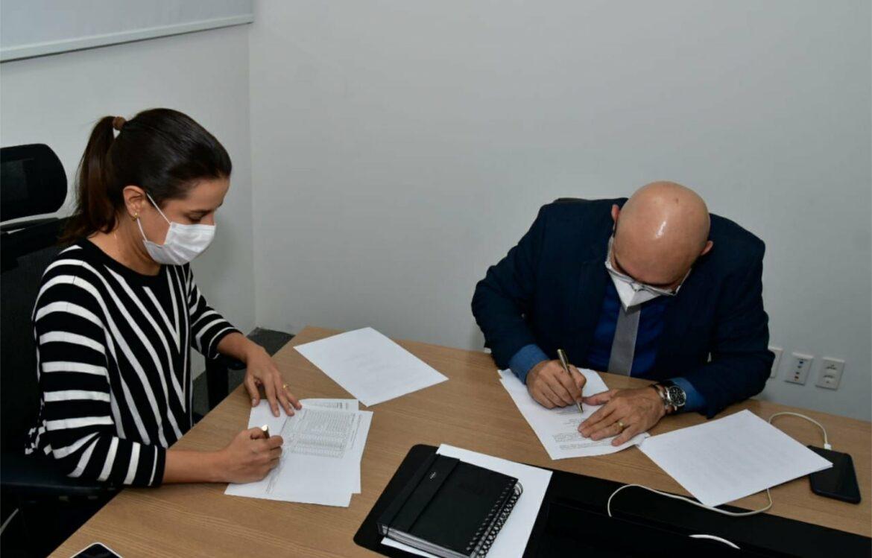 Raquel Lyra assina convênio com a UFPE para monitoramento de variantes da Covid-19 na região