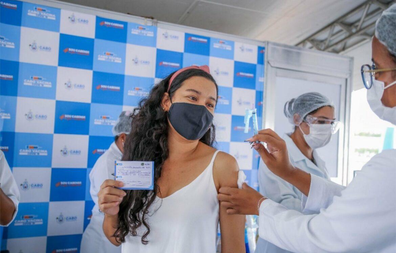 Cabo vacina pessoas com mais de 54 anos, garis e motoristas terceirizados do município