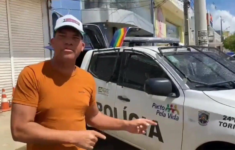 Jovem mostra viaturas enviadas por Bolsonaro para Toritama e é chamado para depor na polícia