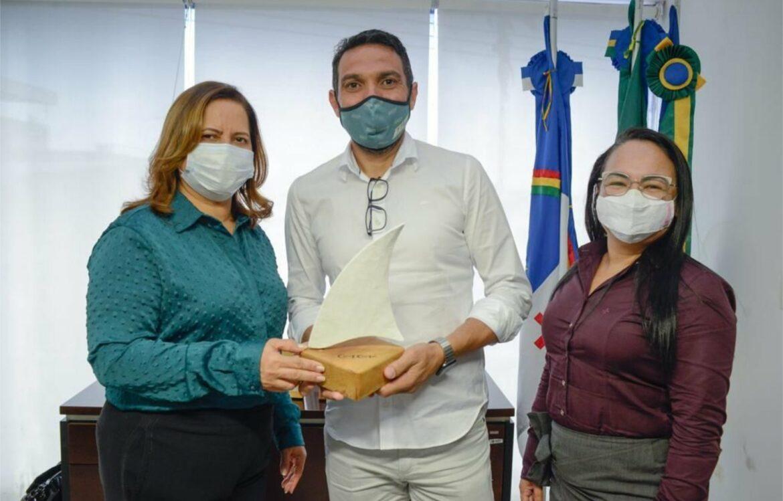 Prefeita Célia Sales recebe prefeito do Balneário de Piçarras (SC)