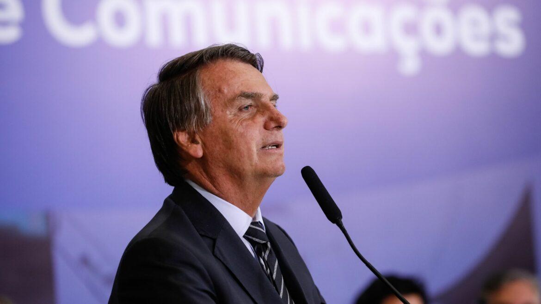 Bolsonaro sanciona PL que prejudica a Globo na transmissão do futebol